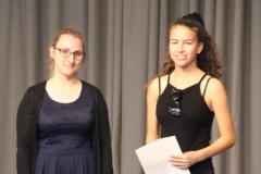 """Frau Lippke freute sich mit Schulsiegerin Kim Westhagemann über die erfolgreiche Teilnahme am Erdkunde-Wettbewerb """"DIERCKE-Wissen""""."""