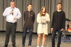 """Herr Berg konnte bei """"Jugend debattiert"""" Florian Korte, Falk Michaelis und Sofija Tercic für ihre besonderen rhetorischen Fähigkeiten bei dem bundesweiten Wettbewerb auszeichnen."""
