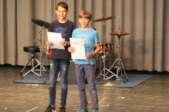 """Für ihre Erfolge beim """"Physik aktiv""""-Wettbewerb ehrte Herr Wissenbach Josua Reiter und Jasper Bernhard."""